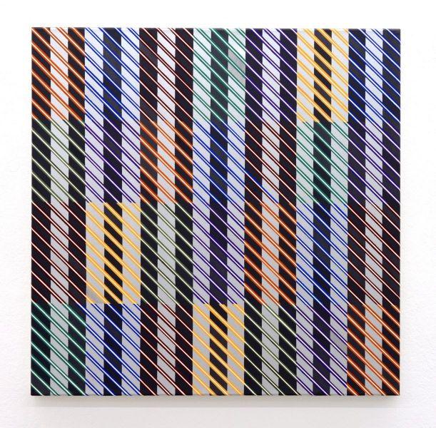 Quadratische Arbeit mit parallel geführten Linien über verschieden geometrischen Farbfeldern
